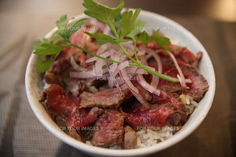 ローストビーフ丼の写真素材 [FYI01211436]
