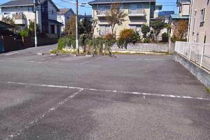 住宅街の中にある駐車場の写真素材 [FYI01211516]
