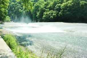 群馬県の吹き割りの滝 夏の風景の写真素材 [FYI01211718]