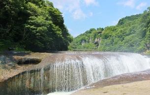 群馬県の吹き割りの滝 夏の風景の写真素材 [FYI01211725]