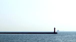 灯台が建つ港の防波堤の写真素材 [FYI01211802]