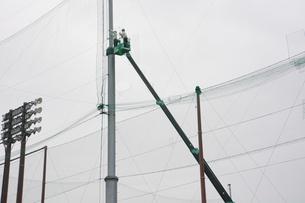 野球場ネットフェンスの補修工事の写真素材 [FYI01211989]