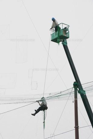 野球場ネットフェンスの補修工事の写真素材 [FYI01211991]