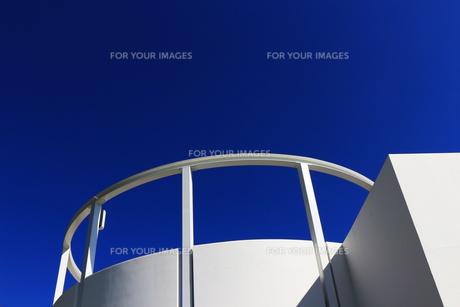 白い建物と青空のコントラストの写真素材 [FYI01212173]