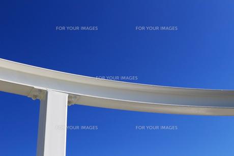 白い建物と青空のコントラストの写真素材 [FYI01212175]