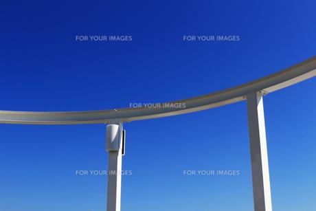 白い建物と青空のコントラストの写真素材 [FYI01212176]