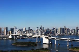 東京湾レインボーブリッジと都心のビル群の写真素材 [FYI01212180]