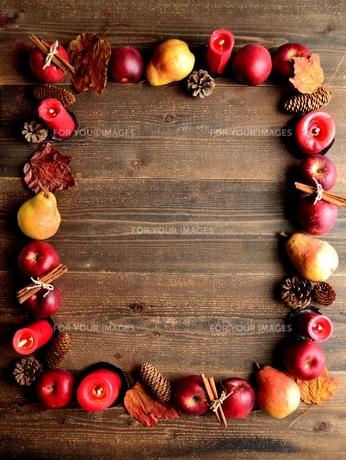 洋梨と林檎と赤いキャンドルの写真素材 [FYI01212237]