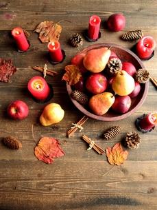 洋梨と林檎と赤いキャンドルの写真素材 [FYI01212256]