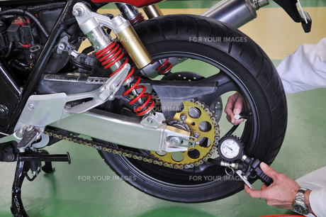 オートバイのメンテナンスの写真素材 [FYI01212402]