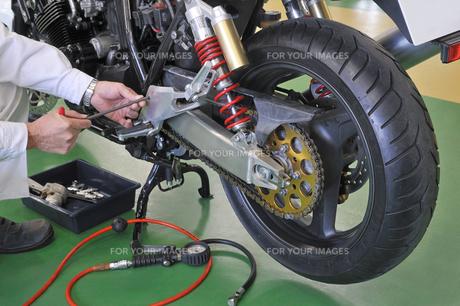 オートバイのメンテナンスの写真素材 [FYI01212403]