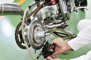 オートバイのメンテナンスの写真素材 [FYI01212404]