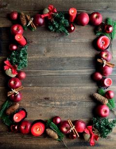林檎とクリスマスツリー フレーム 黒木材背景の写真素材 [FYI01212528]
