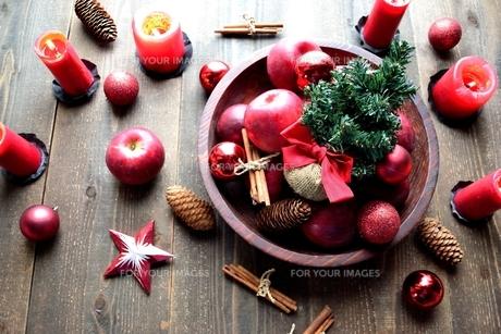 林檎とクリスマスツリーの写真素材 [FYI01212545]