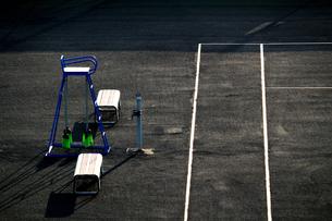 誰もいない早朝のテニスコートの写真素材 [FYI01212710]