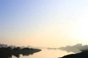 傾いた日差しで光る穏やかで静かな川の景色の写真素材 [FYI01212711]