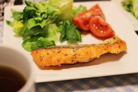 鮭のムニエルの写真素材 [FYI01212867]