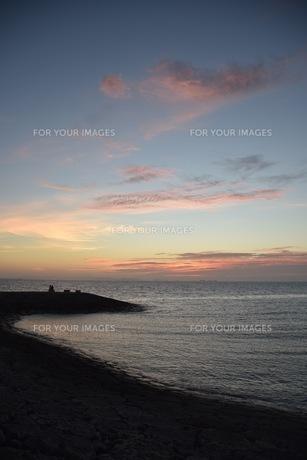 豊見城海岸の夕焼けの写真素材 [FYI01213020]