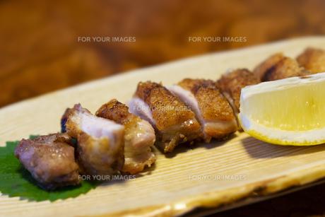 焼き鳥 チキンステーキ 地鶏 チキン フード 焼き物の写真素材 [FYI01213035]