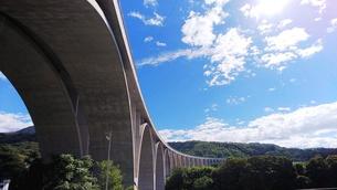 アーチの連なる「上田ローマン橋」 1の写真素材 [FYI01213067]