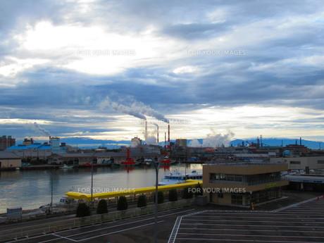 工場から出る煙の写真素材 [FYI01213322]