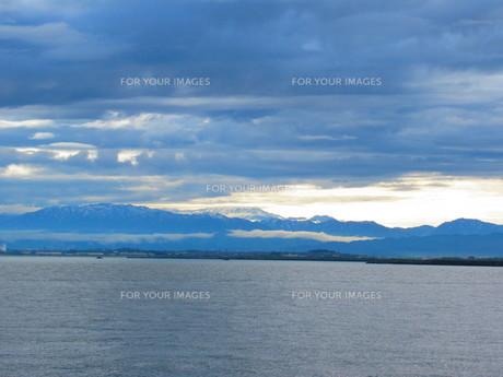 遠くに見える雪山の写真素材 [FYI01213327]