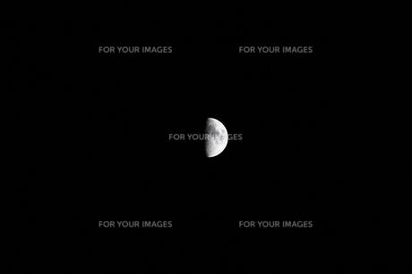 夜の空に光る半月の写真素材 [FYI01213366]