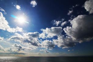 日差しに光る海と雲の写真素材 [FYI01213425]