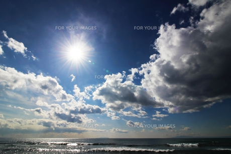 日差しに光る海と雲の写真素材 [FYI01213426]