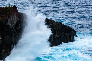 溶岩を覆い隠す波の写真素材 [FYI01213483]