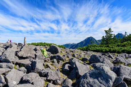 岩だらけの山頂から見える景色の写真素材 [FYI01213527]