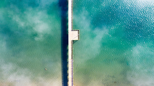 海にかかる桟橋の写真素材 [FYI01213822]