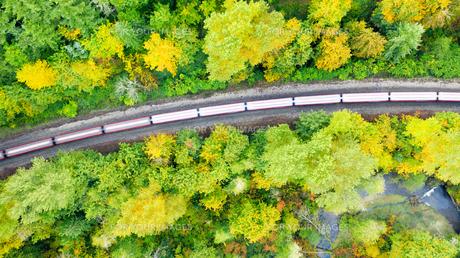 線路を走る電車の写真素材 [FYI01213824]