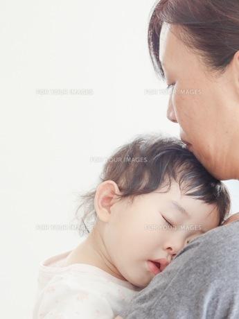お昼寝する子どもの写真素材 [FYI01214287]