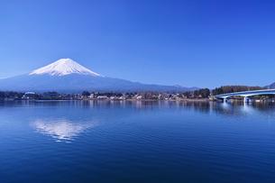 河口湖北岸の産屋ヶ崎から見る河口湖大橋と逆さ富士の写真素材 [FYI01214460]