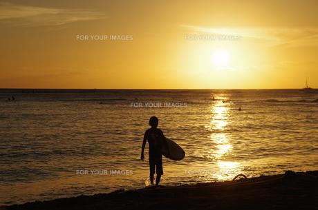 夕暮れのワイキキビーチのサーファーの写真素材 [FYI01214464]