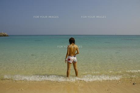 海を眺める水着の女性の写真素材 [FYI01214472]