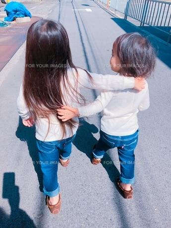 仲良し姉妹の何気ない日常の写真素材 [FYI01214684]