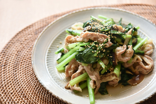 小松菜と豚肉の炒め物の写真素材 [FYI01214768]