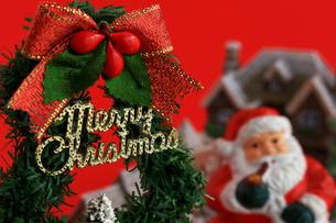 クリスマスツリーとサンタクロースのクリスマスグリーティングカードの写真素材 [FYI01214806]
