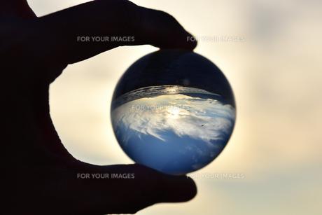 ガラス玉と空の写真素材 [FYI01215136]