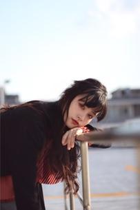 晴天の屋上、黒髪ロングの女性ポートーレートの写真素材 [FYI01215203]