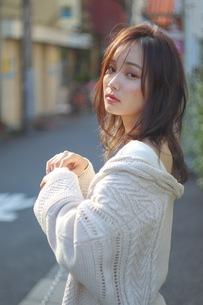 日に照らされたセーターを着た女性の写真素材 [FYI01215208]