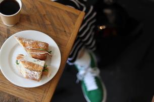 カフェでパンとコーヒーの写真素材 [FYI01215219]
