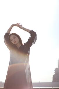 太陽に照らされて、女性ポートーレートの写真素材 [FYI01215237]