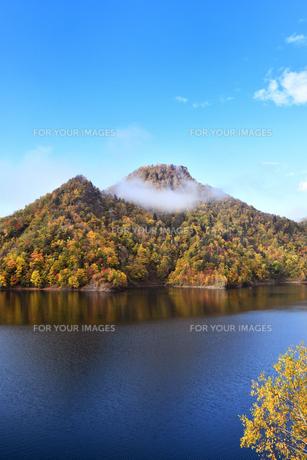 定山渓ダムの紅葉の写真素材 [FYI01215256]