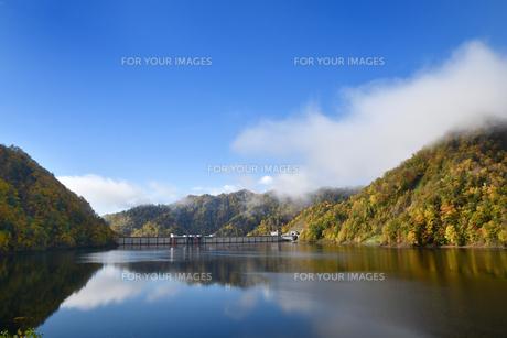 定山渓ダムの紅葉の写真素材 [FYI01215257]