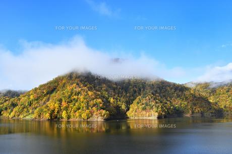 定山渓ダムの紅葉の写真素材 [FYI01215258]