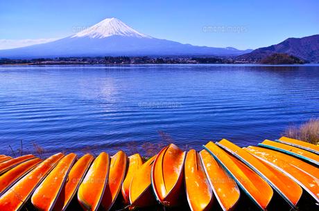 河口湖北岸から見る富士山とボートの写真素材 [FYI01215387]