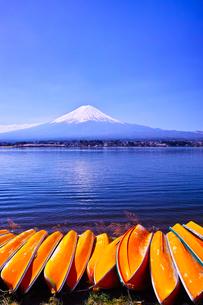 河口湖北岸から見る富士山とボートの写真素材 [FYI01215388]